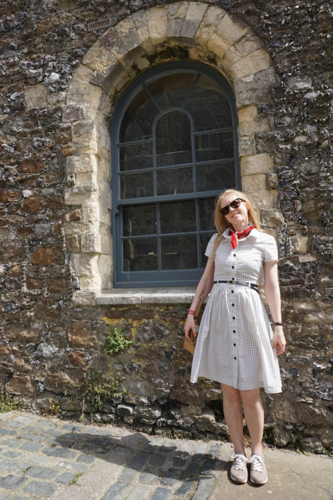 Vogue V6696 shirtdress made of cotton lawn, front view.